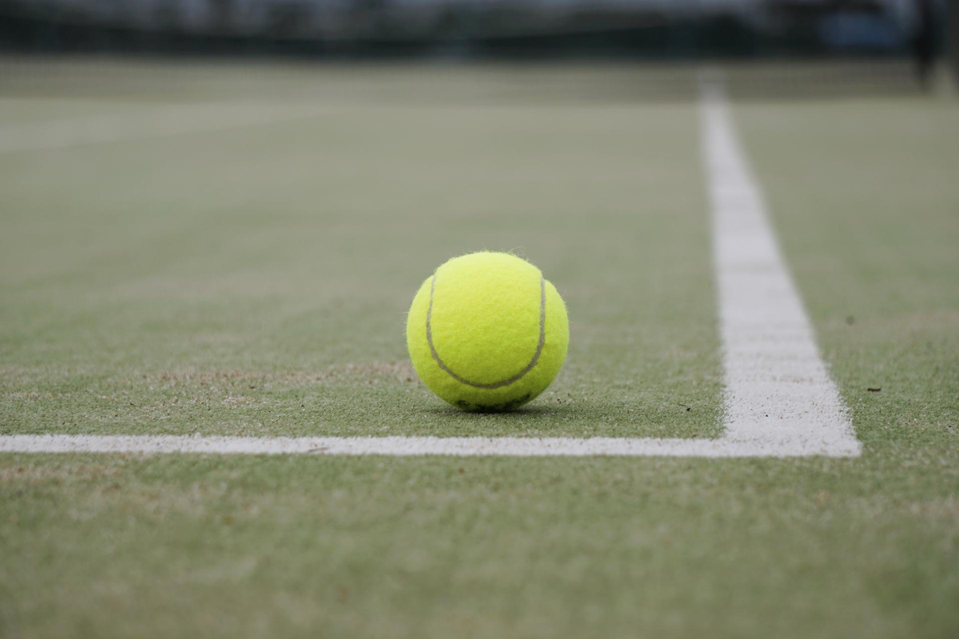 テニスコートのサーフェスはいろいろな種類がある。それぞれの違いを理解しよう。