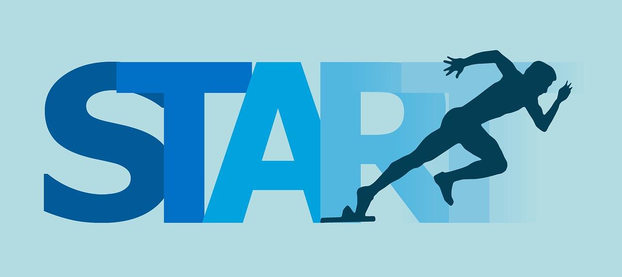 スプリットステップの重要性。跳ぶのではなく、踏むイメージ。
